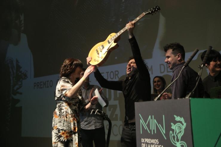 Triángulo de Amor Bizarro recogiendo su Premio Gibson a Mejor Álbum de Rock.JPG